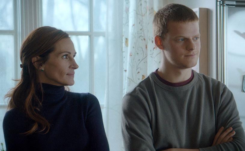 """Julia Roberts i Lucas Hedges grają główne role w dramacie """"Powrót Bena"""", który wejdzie na ekrany polskich kin 4 stycznia. Reżyserem produkcji jest ojciec Lucasa, Peter Hedges."""