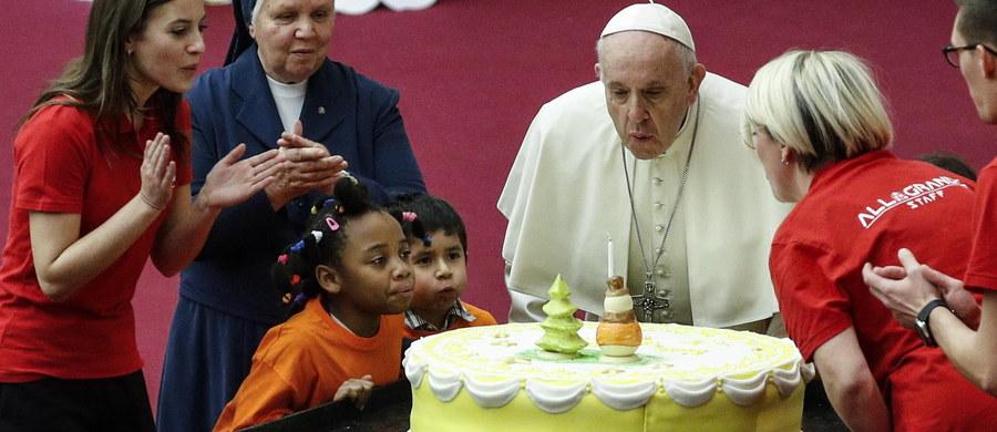 Zdjęcie papieża Franciszka z młodzieżą widnieje na torcie przygotowanym z okazji jego przypadających w poniedziałek 82. urodzin. Tort - jak co roku - wysłano do Watykanu z położonej w pobliżu cukierni.