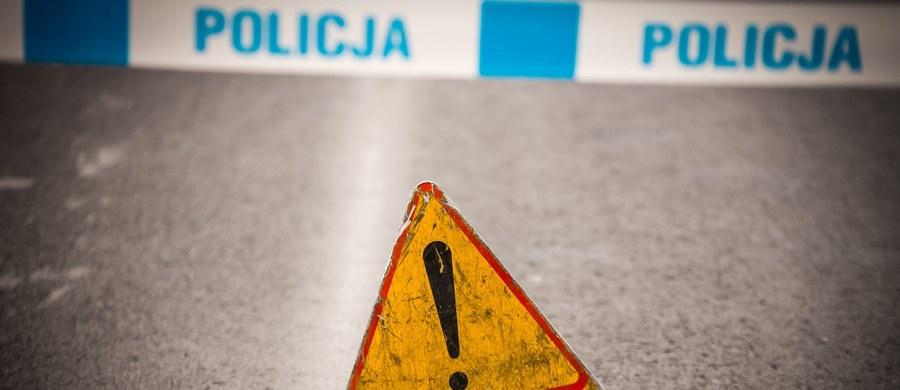 Pięć osób, w tym czterech policjantów zostało rannych w wypadku do jakiego doszło w Szczecinie. Zderzyły się tam w sumie trzy auta.