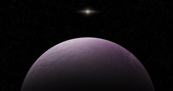 """Międzynarodowa Unia Astronomiczna ogłosiła dziś odkrycie najdalszego dotąd obiektu Układu Słonecznego! Ciało niebieskie o symbolu 2018 VG18 to planeta karłowata o średnicy około 500 kilometrów, oddalona od Słońca około 120 razy bardziej niż Ziemia i okrążająca naszą gwiazdę w czasie ponad 1000 lat. Planeta - nazwana odpowiednio do sytuacji """"Farout"""" - to pierwszy obiekt naszego Układu Słonecznego oddalony od Słońca ponad 100 razy bardziej niż Ziemia."""