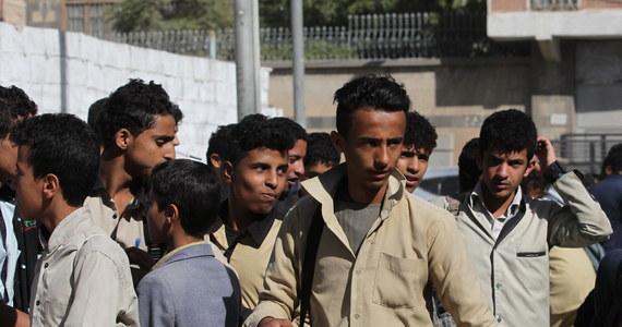 Rozejm między walczącymi stronami w Jemenie, który wszedł w życie w portowym mięście Hudajda o północy czasu lokalnego w nocy z poniedziałku na wtorek, został zerwany już po kilkunastu minutach. Doszło do ponownej wymiany ognia między rebelliantami Hutu i siłami rządowymi.