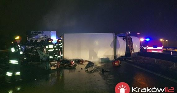 Jedna osoba nie żyje po wypadku na autostradowej obwodnicy Krakowa na węźle Kraków Balice. Na wysokości zjazdu na lotnisko zderzyły się tir, dwa samochody osobowe i dwa dostawcze.