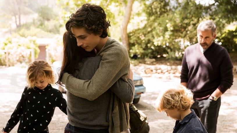 """""""Mój piękny syn"""" to pierwsza tak szczera i poruszająca opowieść o losach rodziny, która musi zmierzyć się z uzależnieniem dorastającego chłopaka. Scenariusz filmu powstał na podstawie wspomnień Davida Sheffa i jego syna Nica, które stały się bestsellerami, zajmując pierwsze miejsca na liście New York Timesa. W role ojca i syna - Davida i Nica Sheffów - wcielają się w filmie fenomenalni Timothée Chalamet (któremu rola Nica przyniosła już nominację do Złotego Globu i wiele innych nagród) i Steve Carell."""