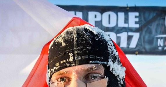 """""""Trochę zmęczony jestem psychicznie"""" – powiedział Piotr Suchania, ekstremalny maratończyk, który po wygraniu w czwartek biegu na królewskim dystansie, utknął razem z trójką innych biegaczy z Polski na Antarktydzie. Po zawodach zerwała się burza śnieżna, która zniszczyła obóz zawodników i uniemożliwiła powrót. Ostatecznie we wtorek rano samolot z zawodnikami na pokładzie wylądował w Chile. O tym jak wyglądała rywalizacja na mroźnym kontynencie, a także o problemach z powrotem do cywilizacji z Piotrem Suchenią rozmawiał Wojciech Marczyk z redakcji sportowej RMF FM."""