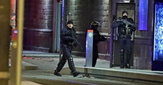 15-letni brat przyrodni Cherifa Chekatta, terrorysty ze Strasburga, został zatrzymany po tym, jak napadł z bronią w ręku na przechodnia - poinformowała francuska telewizja BFM TV.