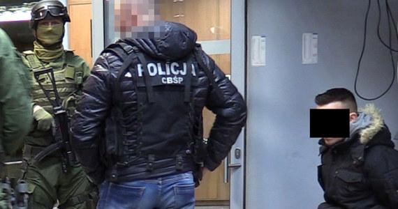 Policja rozbiła zorganizowaną grupę przestępczą, która czerpała korzyści z nierządu. Na razie zarzuty usłyszały cztery osoby, w tym małżeństwo. Funkcjonariusze zlikwidowali cztery agencje towarzyskie w Krakowie i Zakopanem. Przez siedem lat działalności mogli zarobić około 10 milionów złotych.