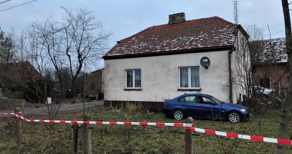 Dwie kolejne osoby z zarzutami w sprawie rodzinnego dramatu w Ciecierzynie na Opolszczyźnie. Postawiono je rodzicom Dawida W., który jest podejrzany o pomocnictwo w zbrodni. Jego rodzice usłyszeli zarzut składania fałszywych zeznań.