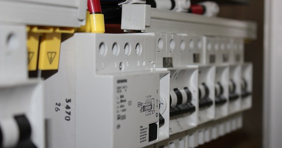 Największe państwowe zakłady energetyczne na razie nie mają zamiaru wycofywać się z podwyżek cen prądu. Nie będą zauważalnie obniżać kwot w składanych wnioskach, i co więcej poproszą Urząd Regulacji Energetyki o szybkie zatwierdzenie nowych cenników. Wczoraj URE wezwało spółki do poprawienia wniosków o podwyżki dla gospodarstw. Spółki prosiły o wzrost ceny energii elektrycznej o 20-25 procent.
