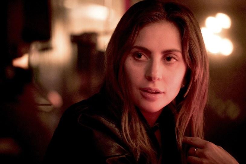 """Lady Gaga zagrała główną rolę w kolejnej ekranizacji hollywoodzkiego przeboju """"Narodziny gwiazdy"""". Jej grę docenił sam Clint Eastwood, który początkowo miał reżyserować film. W końcu realizacji obrazu podjął się Bradley Cooper."""