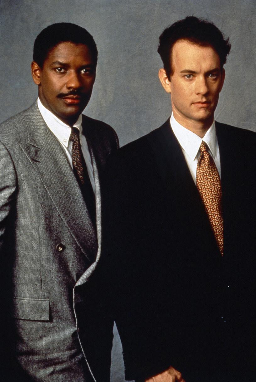"""22 grudnia 1993 roku w amerykańskich kinach swą premierę miała """"Filadelfia"""" Jonathana Demme'a. Sądowy dramat o homoseksualnym prawniku, skarżącym byłą kancelarię za zwolnienie z powodu AIDS, okazał się ogromnym hitem. Uczynnił także z Toma Hanksa gwiazdę światowego formatu."""