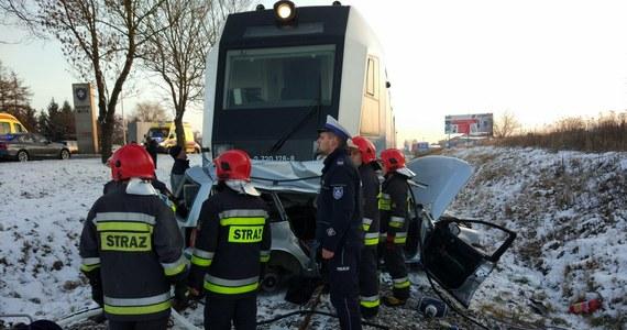 Dwie osoby zginęły, a jedna jest w ciężkim stanie po wypadku na przejeździe kolejowym w Rzeszowie. Samochód osobowy wjechał tam pod pociąg.