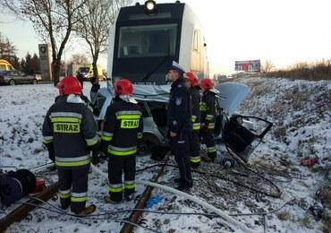 Tragiczny wypadek na przejeździe kolejowym. Auto wjechało pod pociąg