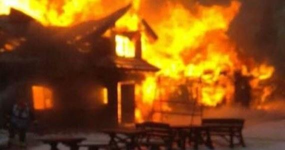 Strażacy opanowali pożar starego schroniska turystycznego na Hali Miziowej na stokach Pilska w Beskidzie Żywieckim. Nie ma już ryzyka rozprzestrzeniania się ognia. Teraz strażacy go dogaszają.