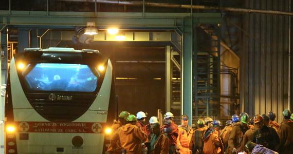 13 górników zginęło - to najnowszy bilans wczorajszego wybuchu metanu w kopalni Stonava w Karwinie w Czechach. Wśród ofiar śmiertelnych jest 12 Polaków i Czech. Oficjalnie potwierdził to premier Mateusz Morawiecki. Dziesięciu górników jest rannych. Stan jednego z nich jest ciężki. W związku z tragedią niedziela w całej Polsce będzie dniem żałoby narodowej.