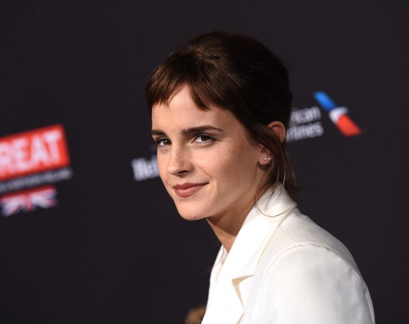 """Trwają zdjęcia do najnowszej adaptacji """"Małych kobietek""""  Louisy May Alcott. Grająca jedną z sióstr March Emma Watson podzieliła się na swoim Instagramie zdjęciem zza kulis."""