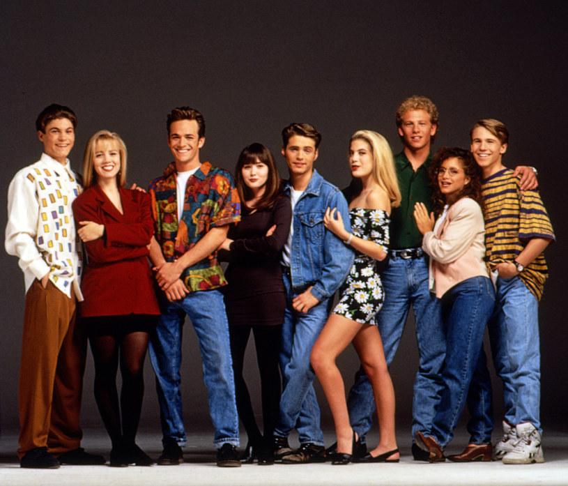 """Są szanse na reboot popularnego serialu dla młodzieży """"Beverly Hills 90210"""". Pomysł jest obecnie przedstawiany szefom amerykańskich telewizji i serwisów steamingowych. W obsadzie mieliby znaleźć się aktorzy z oryginalnej serii."""