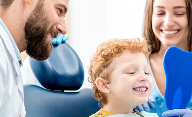 Coraz więcej rodziców jest kierowanych ze swoimi małymi dziećmi przez logopedów na leczenie ortodontyczne, ponieważ oprócz wady wymowy diagnozują nieprawidłowy zgryz. Powszechnie sądzi się, że niezbędny jest aparat ortodontyczny. Tymczasem, jak podkreśla nasza ekspertka, sam aparat ortodontyczny nie zawsze rozwiązuje problem.