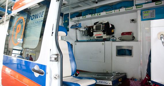 """Skandaliczna sytuacja na krajowej """"jedynce"""". Jak informuje TVN24, karetka transplantacyjna wiozła wątrobę do przeszczepu, jednak w pewnym momencie musiała hamować, ponieważ po lewym pasie jechała ciężarówka, które kierowca nie ustąpił ambulansowi."""
