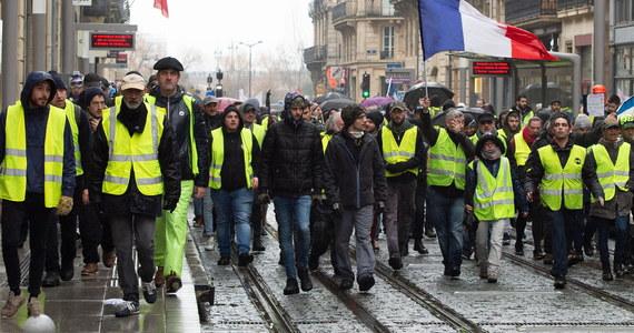 """Ambasada Polski we Francji ostrzega przed spodziewanymi w ten weekend protestami """"żółtych kamizelek"""". Podczas protestów w całym kraju może dochodzić do blokad granic i dróg. Ambasada zaleca odpowiednie planowanie podróży, unikanie miejsc protestów i stosowanie się do poleceń miejscowych władz."""