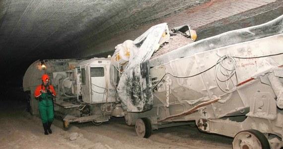 Dziewięciu górników zostało uwięzionych pod ziemią w kopalni węglanu potasu w Solikamsku w Kraju Permskim na Uralu, ok. 1500 km na północny wschód od Moskwy - poinformowały służby ratownicze. W kopalni wybuchł pożar.