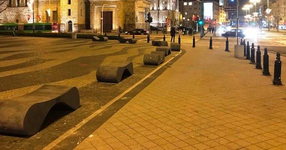 12 ławek o wadze 800 kg każda zamontowano na placu Adama Mickiewicza w centrum Poznania. Plac, na którym stoją m.in. Poznańskie Krzyże, to miejsce częstych uroczystości i imprez masowych; ławki mają zwiększyć bezpieczeństwo ich uczestników.