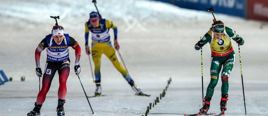 Norweżka Marte Olsbu Roeiseland obroniła pierwsze miejsce z piątkowego sprintu i wygrała w Novym Mescie także bieg na dochodzenie na 10 km biathlonowego Pucharu Świata. Monika Hojnisz zajęła 16., a Kinga Zbylut - 19. miejsce.