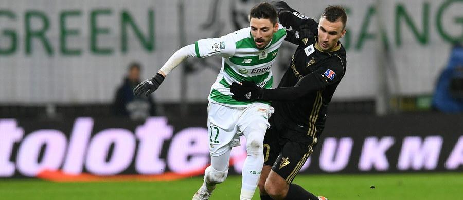 W ostatnich meczach przed przerwą zimową piłkarskiej Ekstraklasy, lider – drużyna Lechii Gdańsk pokonała na własnym stadionie Górnik Zabrze 4:0, a Cracovia zwyciężyła na wyjeździe z Zagłębiem Lubin 2:1. W pierwszym sobotnim meczu Miedź Legnica zremisowała bezbramkowo z Koroną Kielce.