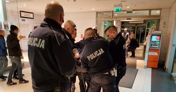 Atak nożownika w kinie w centrum handlowym w Szczecinie. 26-latek zaatakował dwóch mężczyzn w wieku około 30 lat. Jeden z nich jest w stanie krytycznym.