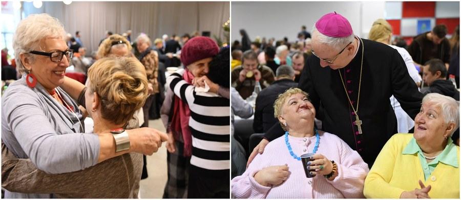 Wigilia ma otwierać nas na drugiego człowieka i przypomina, że dużo więcej nas łączy, niż dzieli - mówił metropolita lubelski abp Stanisław Budzik podczas zorganizowanej przez Caritas w Lublinie Wigilii Miłosierdzia. Wzięło w niej udział około 500 osób.
