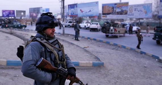 Do 43 osób wzrósł bilans ofiar śmiertelnych poniedziałkowego zamachu na kompleks budynków rządowych w Kabulu - podało we wtorek ministerstwo zdrowia Afganistanu. Rannych jest 10 osób - zaznaczono w komunikacie. Większość ofiar to urzędnicy.