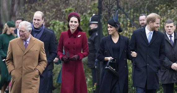 """To królowa Elżbieta II stoi za uśmiechami i przyjaznymi gestami Kate Middleton i Meghan Markle w drodze na mszę bożonarodzeniową, w której brytyjska rodzina królewska uczestniczy co roku w kościele w Sandringham. Tak przynajmniej twierdzi """"The Sun"""". Tabloid doniósł, że Elżbieta II nakazała skonfliktowanym księżnym zawarcie bożonarodzeniowego rozejmu."""
