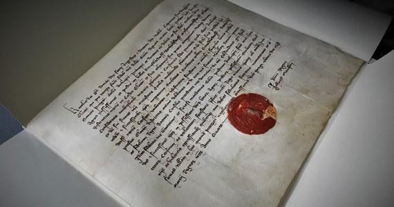 Ponad trzydzieści unikatowych dokumentów wróciło po konserwacji do Kłodzka. To część archiwów jezuitów, będących w dyspozycji parafii Wniebowzięcia Najświętszej Maryi Panny. Ratowanie dokumentów trwa od blisko dwóch lat. Zdaniem specjalistów to jeden z najcenniejszych zbiorów archiwalnych poza archiwami państwowymi w środkowej Europie. Najstarsze dokumenty pochodzą z końca XIII wieku.