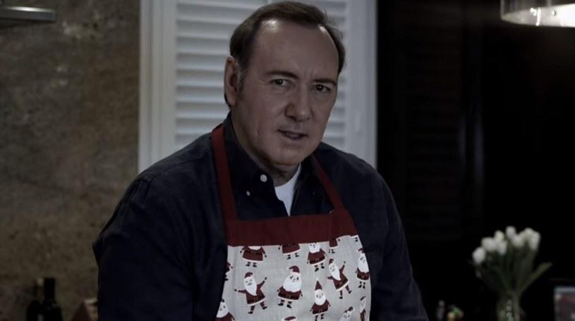 """Kevin Spacey """"ukradł internety"""". O filmiku opublikowanym przez aktora mówi w tegoroczne święta Bożego Narodzenia cały świat. Aktor po ponad roku milczenia skomentował stawiane mu zarzuty o molestowanie."""