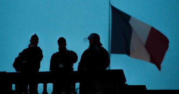 Napięcie rośnie we Francji przed Sylwestrem - tak media komentują decyzję o wprowadzeniu godziny policyjnej dla nieletnich w imigranckim getcie koło Tours. Powodem była fala nocnych podpaleń samochodów przez młodzieżowe bandy.
