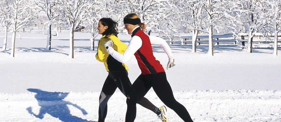 Mrozy za oknem nie oznaczają, że musimy rezygnować z biegania. Wystarczy dobrze się przygotować, aby cieszyć się tą aktywnością również w sezonie jesienno-zimowym.