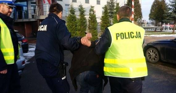 Policjanci z częstochowskiej drogówki zatrzymali dwóch mężczyzn, którzy jechali busami skradzionymi w Czechach. Obaj zaczęli uciekać, kiedy funkcjonariusze nakazali im się zatrzymać.