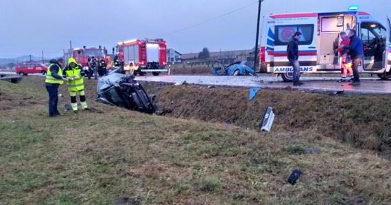 Groźny wypadek na drodze wojewódzkiej numer 794 w małopolskiej Strzegowej. W zderzeniu trzech samochodów osobowych rannych zostało tam zostało pięć osób.