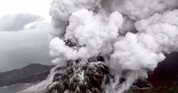 Władze indonezyjskie zmieniły w czwartek trasy lotów samolotów w rejonie wulkanu Anak Krakatau, którego erupcja wciąż trwa. Wprowadzono strefę zamkniętą o promieniu 5 km od krateru i podwyższono poziom alertu do czerwonego.
