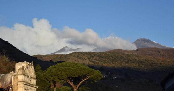 """Wulkan Etna jest niestabilny i pełen energii, istnieje ryzyko erupcji na małej wysokości - twierdzą eksperci cytowani w czwartek przez dziennik """"Corriere della Sera"""". W ciągu trzech dni od przebudzenia wulkanu zanotowano tam ponad tysiąc wstrząsów sejsmicznych."""