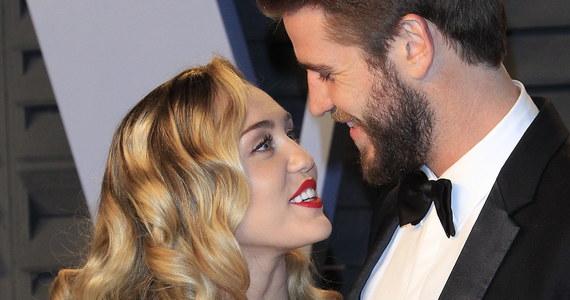 Miley Cyrus i Liam Hemsworth ucieli wszelkie spekulacje, publikując serię zdjęć ślubnych.