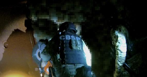 CBŚP rozbiło gang, którego członkowie sprzedawali narkotyki w kilku województwach. Przestępcy mogli zarobić w ten sposób prawie 12 milionów złotych. W sprawie zatrzymano 13 osób. 9 z nich tymczasowo aresztowano.
