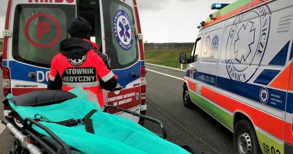 Dwie osoby zginęły, trzy zostały ranne, w tym jedna ciężko w wyniku wypadku na dk 7 w Książu Wielkim w Małopolsce. Zderzyły się tam dwa samochody osobowe.