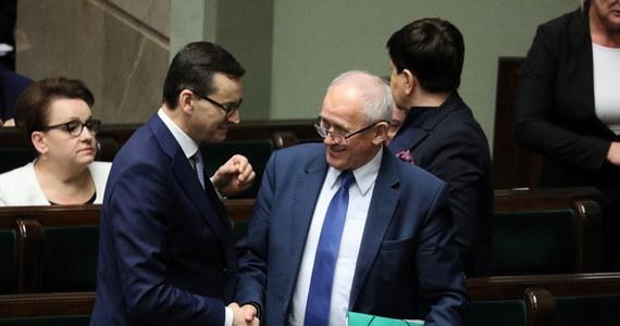 W piątek przed godziną 19 Sejm uchwalił ustawę obniżającą akcyzę na energię elektryczną. Stało się to, po drugim czytaniu rządowego projektu. Wcześniej, ustawą ws. prądu zajmowały się sejmowe komisje finansów publicznych oraz energii i skarbu. Została ona przyjęta bez głosu sprzeciwu. Według opozycji rządowy pomysł to kreatywna księgowość. Premier Mateusz Morawiecki twierdzi natomiast, że rząd pokazuje determinację do walki o niskie ceny energii w okolicznościach niesprzyjających. W głosowaniu w Sejmie uczestniczyło 409 posłów. Za było 389, trzech zagłosowało przeciw, a 17 posłów wstrzymało się od głosu. Sejm odrzucił wszystkie zgłoszone przez opozycję w drugim czytaniu poprawki.