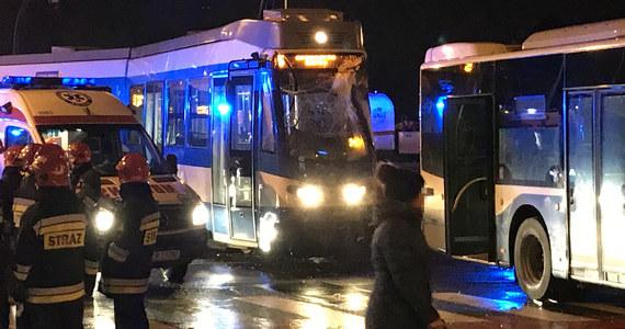 Groźny wypadek w Krakowie: na al. Jana Pawła II zderzyły się miejski autobus i tramwaj. 7 poszkodowanych przewieziono do szpitala. Zdjęcia z miejsca wypadku dostaliśmy na Gorącą Linię RMF FM od Krzysztofa.