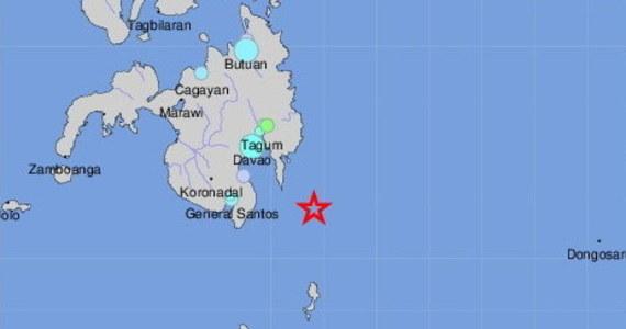 Trzęsienie ziemi o magnitudzie 6,9 nawiedziło w sobotę wyspę Mindanao w południowej części Filipin - poinformowała amerykańska służba geologiczna USGS. Pierwotnie wydano ostrzeżenie przed możliwymi falami tsunami. po kilku godzinach zostało on odwołanie.
