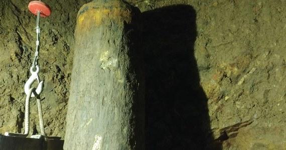 """Miał być szyb prowadzący do podziemnego tunelu, gdzie mógł zostać ukryty pancerny skład z czasów II wojny światowej. Jest zabytkowa studnia z blisko 300-letnią infrastrukturą. Piotr Koper, poszukiwacz """"złotego pociągu"""", zakończył badania studni na terenie Stada Ogierów """"Książ"""", tuż obok Zamku Książ. Eksplorator nie składa jednak broni, zapowiada dalsze poszukiwania legendarnego składu."""