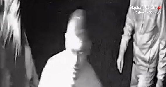 Policja z Dąbrowy Górniczej (w woj. śląskim) szuka sprawców pobicia dwóch mężczyzn. Do napaści doszło 28 października 2018 roku w rejonie sklepu przy ul. Stacyjnej.