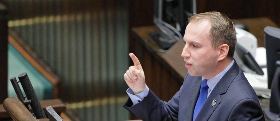 Poseł Adam Andruszkiewicz został nowym wiceministrem cyfryzacji - potwierdził to w kancelarii premiera reporter RMF FM Patryk Michalski. Andruszkiewicz był do niedawna posłem klubu Wolni i Solidarni. Wcześniej był m.in. szefem Młodzieży Wszechpolskiej.