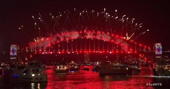 Pokaz fajerwerków w Sydney przywitał Nowy Rok w Australii. Sztuczne ognie wystrzeliły na moście Sydney Harbour Bridge i z dachu Sydney Opera House. Cały port został rozświetlony na powitanie Nowego 2019 Roku.