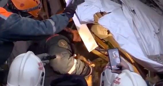 Żywe 10-miesięczne dziecko udało się wydobyć ratownikom spod gruzów zawalonej części domu mieszkalnego w Magnitogorsku w obwodzie czelabińskim na zachodzie Rosji. Stan niemowlęcia jest ciężki. Mimo to ratownicy mówią o cudzie.